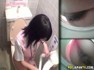 Asiatiskapojke slampa pees i toalett