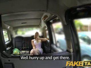 Fake taxi kremna pita za vroče blondinke v taxi
