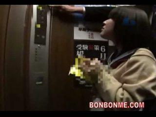 Japanska skol avsugning och körd av läraren i elevato