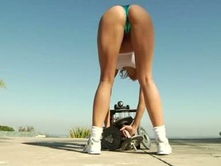 Stunning blonde Arianna Armani stretches her pissflaps for a pumping prick