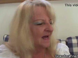 Blonde grand-mère takes two grand cocks à une fois