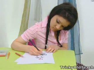 Vika este în the școală cameră după misbehaving cu o roz top și o sexy plaid fusta