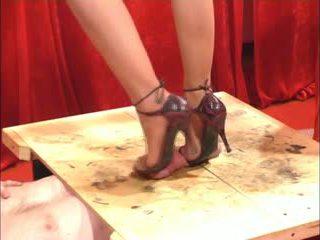 Melakukannya dengan sepatu merangsang dengan kaki