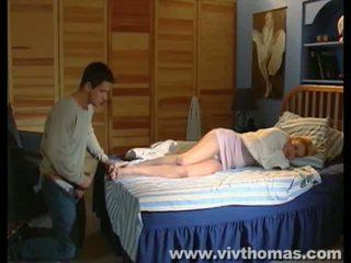 Спящ karina gets а празнене в тя нозе видео