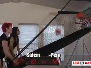 Two mignonne filles salem et fern jouer strip basketball shootout