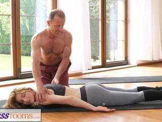 Fitnessrooms নোংরা yoga শিক্ষক উপর গর্জিয়াস শারীরিক যোগ্যতা.