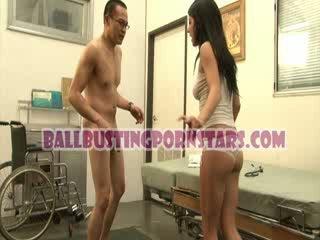 Tessa taylor chavala bajo la falda ballbusting con la pervertida medic