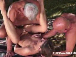 Two potrebni old men zajebal s mlada bejba