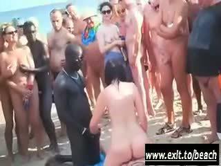 Interracial fiesta en la desnuda playa vídeo