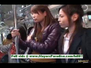 حلو الآسيوية فتاة في ال حافلة