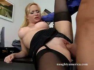 セクシー hawt aiden starr receives 彼女の ピンク プッシー pummeled 上の ザ· テーブル