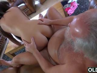 Sexy jovem gaja fodido por gorda velho homem ejaculações engolida miúda