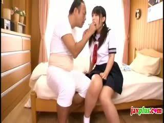 일본의 innocent 여학생 seduced 로 늙은 추악한 아저씨