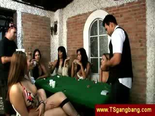 Покер играя trannies удар на а guy