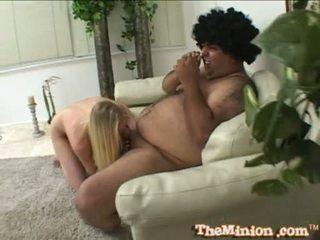 Aaliyah jolie syödä pois a pikkuruinen kukko of a cubby chap