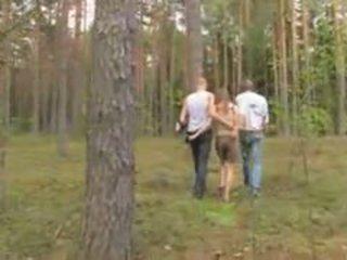 Amatoriale lettone trio in il foresta