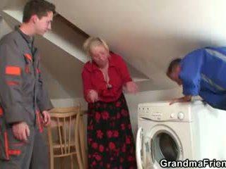 Viņa offers viņai vecs ķermenis par viņiem