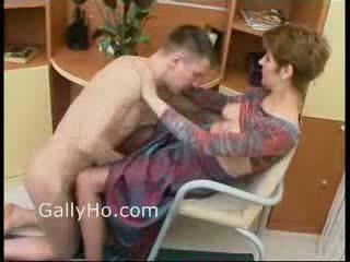 Momen tvingat till fan henne son
