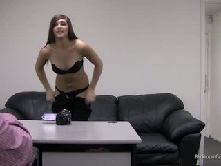 Kaylie pe camera din spate auditie canapea.