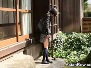 Asiática escolar shows su blanca bragas