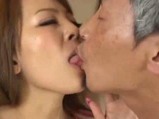 Голям бюст азиатки having an стар мъж смучене тя гърди