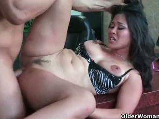 Azjatyckie mamuśka jessica bangkok takes cumload w usta