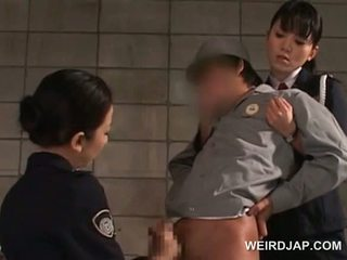 Schwanz starved asiatisch polizei frauen giving handjob im gefägnis