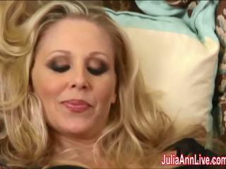 Sexy milf julia ann cums greu în ciorapi scurti!
