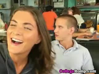 Μου κολλέγιο φιλενάδα giving τσιμπούκι σε δημόσιο diner