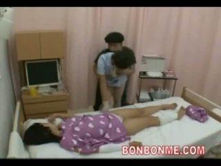 Medicinska sestra drkanje v spredaj od žena 01