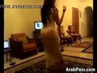 อาย arab หญิง การเต้น รอบ a ห้อง