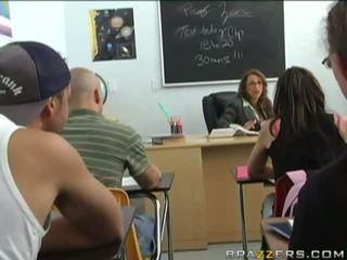 Sexy tettona bruna gets blackmailed da un giovane studente