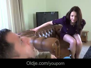 Infidel régi guy gets laid -val wifeã¢â€â™s nagy titted fiatal bestie