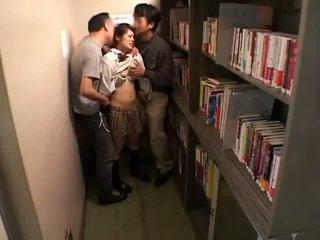 Schoolgirls متلمس بواسطة perverts في schoollibrary 7