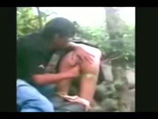 Indonesia- jilbab hijab flicka körd av bf i en djungel