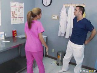 Bystiga sjuksköterska knull med henne doktorn
