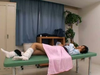 Perverted doktorn uses ung patienten
