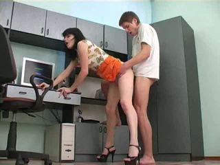 Russina adolescență uitandu-se porno și getting excitat video