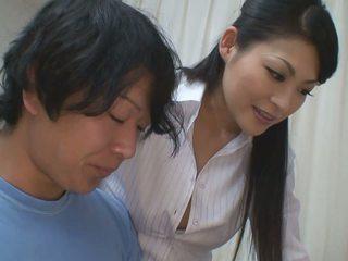 صبي gets أكثر من مساعدة إلى له studies من حار معلم فتاة