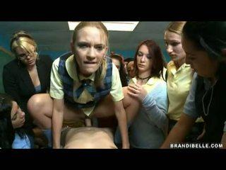 Brandi belle dhe vajzat entice unbending wang qirje dhe duke thithur atë larg