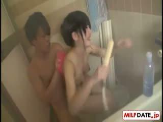 Taking bath ar liels krūtis japānieši māte