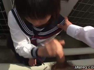 Japanska tonårs i en skol utomhus avsugning kul