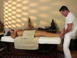 Shumë tricky masazh dhomë i i uritur masseur
