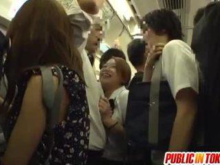 女子生徒 gives a 手コキ 上の ザ· バス