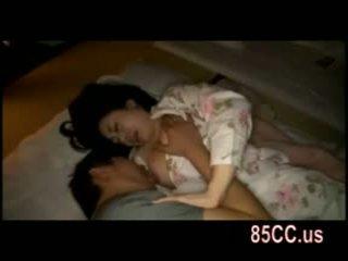 Esposa follada por husbands amigo en la cama 05