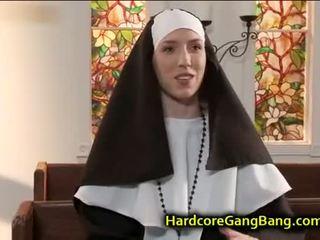 尼姑 double penetration 性交 在 教堂
