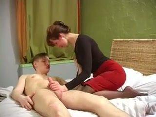 Rusiškas milf su gražus muscles pakliuvom iki ne jos sūnus