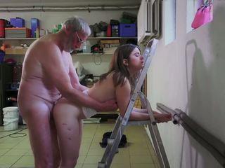 Slutty 하녀 빌어 먹을 포르노를 addict 할아버지 gets 입.