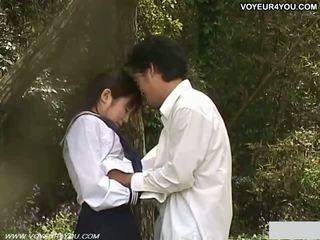 Nastolatka szkoła dziewczyna na zewnątrz ogród pieprzyć