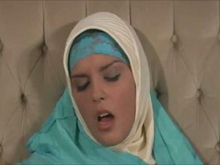 Приголомшлива muslima в hijab з великий тіло є a sexaddict